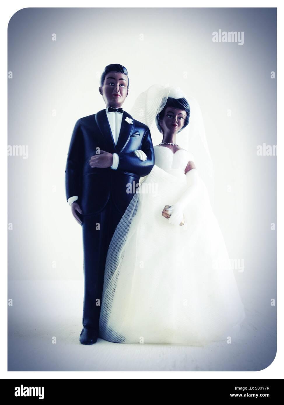 Eine Hochzeitstorte Topper der schwarzen heterosexuellen Paaren. Stockbild