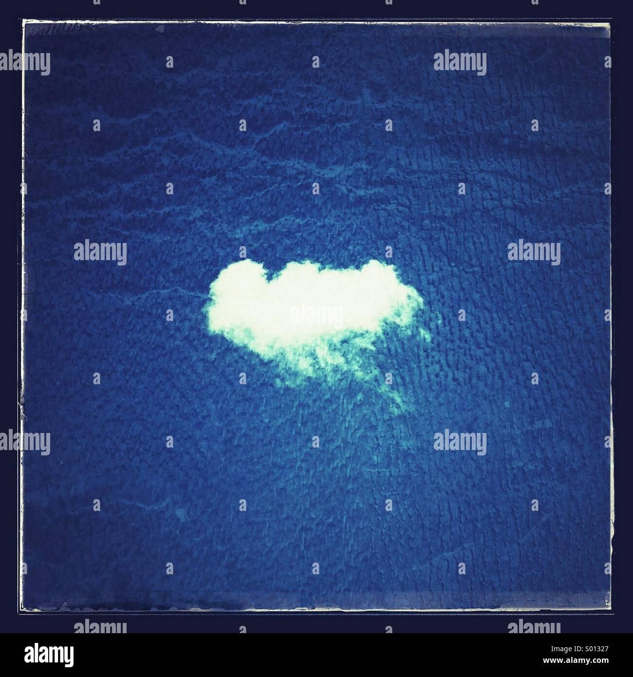 Einzelne weiße geschwollene cloud Stockbild