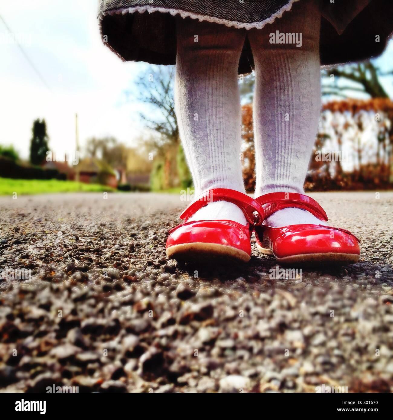 Mädchen mit roten Schuhen Stockbild