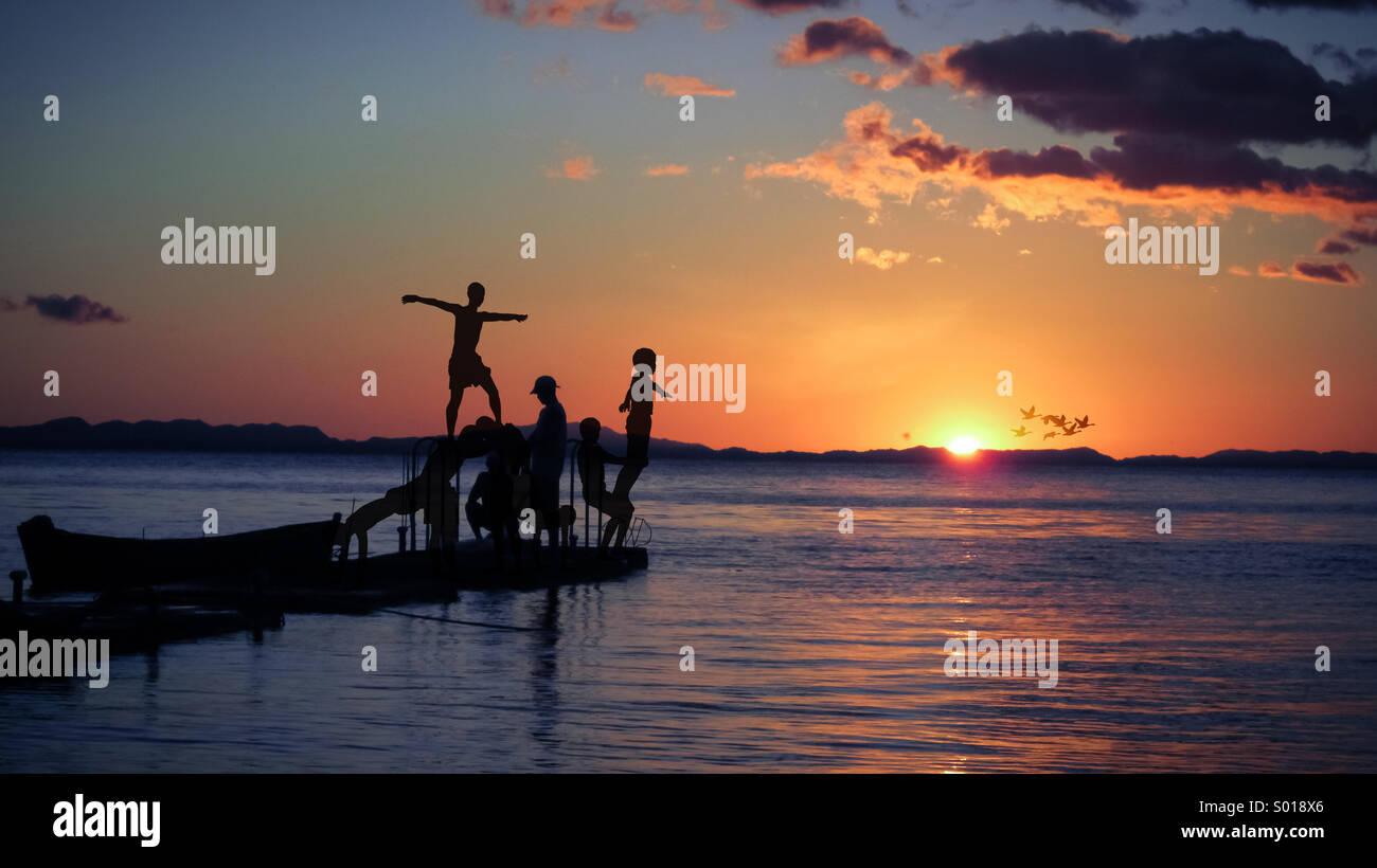 Kinder spielen am Start-und Landebahn in der Karibik Stockbild