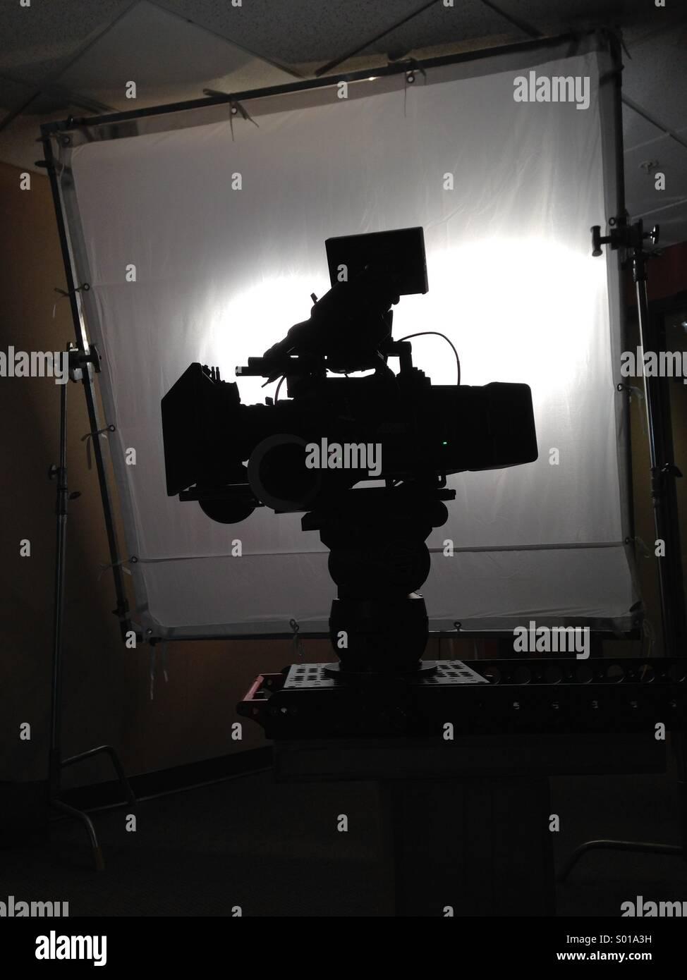 Digitale Filmkamera Produktion Silhouette vor Licht-equipment Stockbild