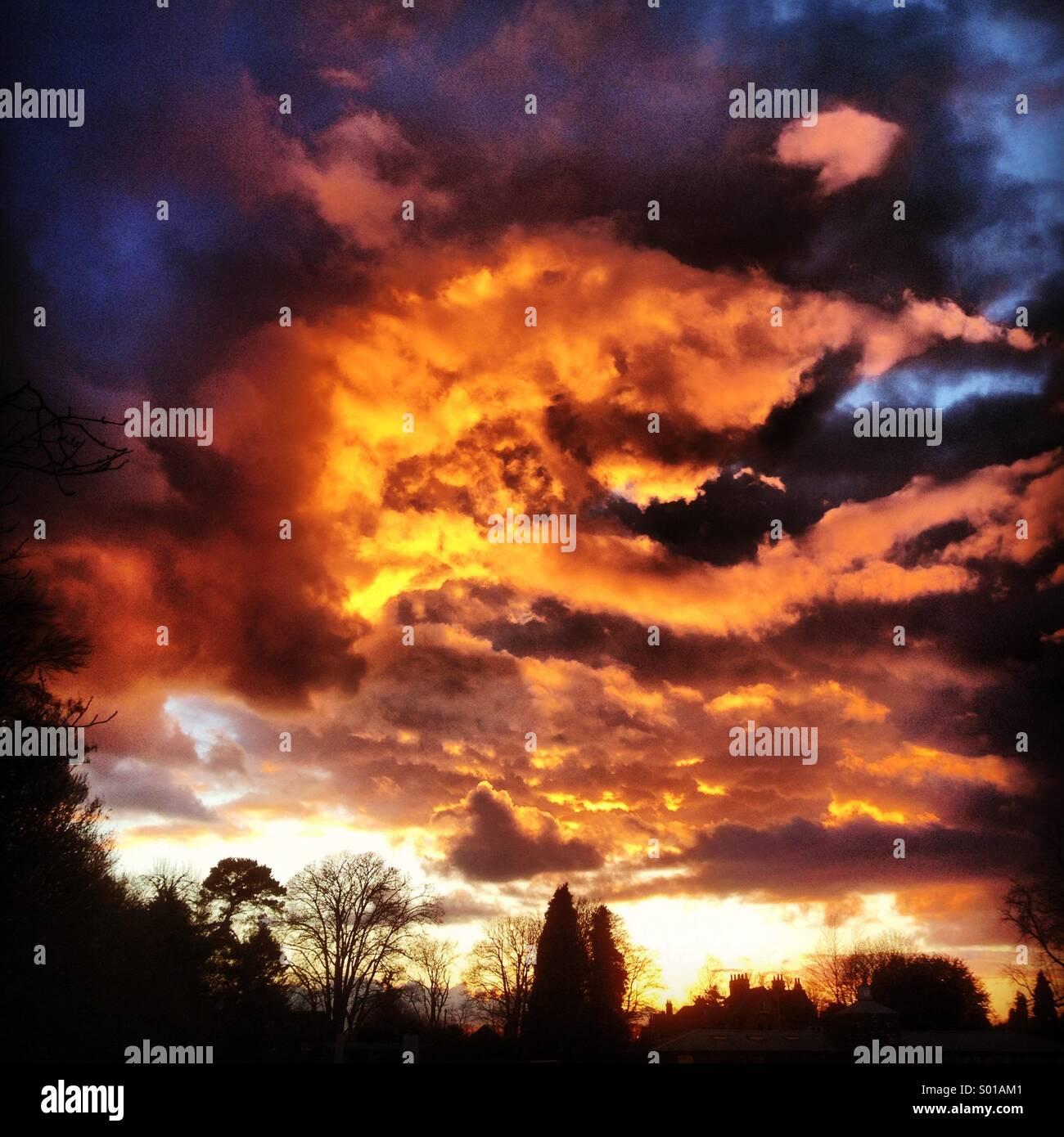 Sonnenuntergang Himmel über Godalming in Surrey, UK. Stockbild
