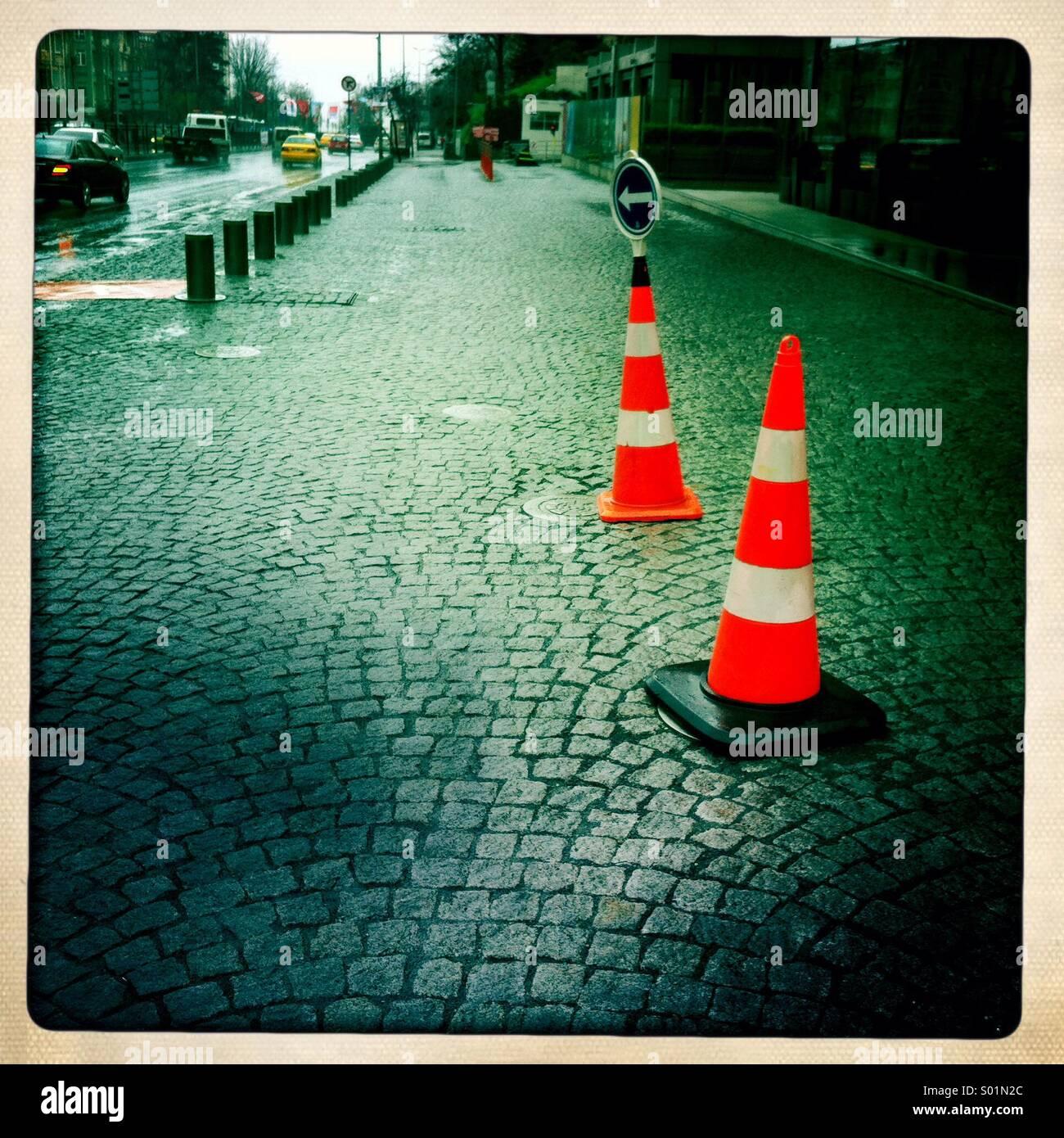 Leitkegel auf der Straße Stockbild