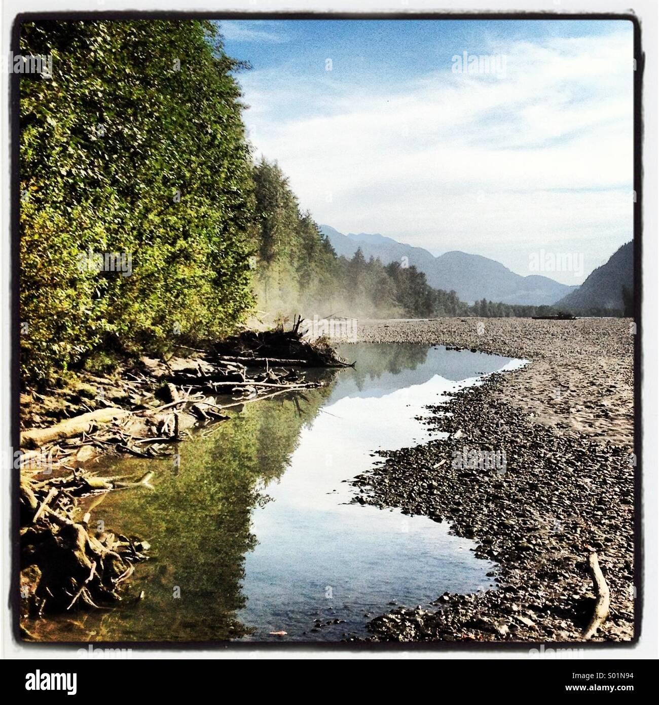 Kanadische Trockenflussbett mit Bäumen und Berg Reflexionen Stockbild