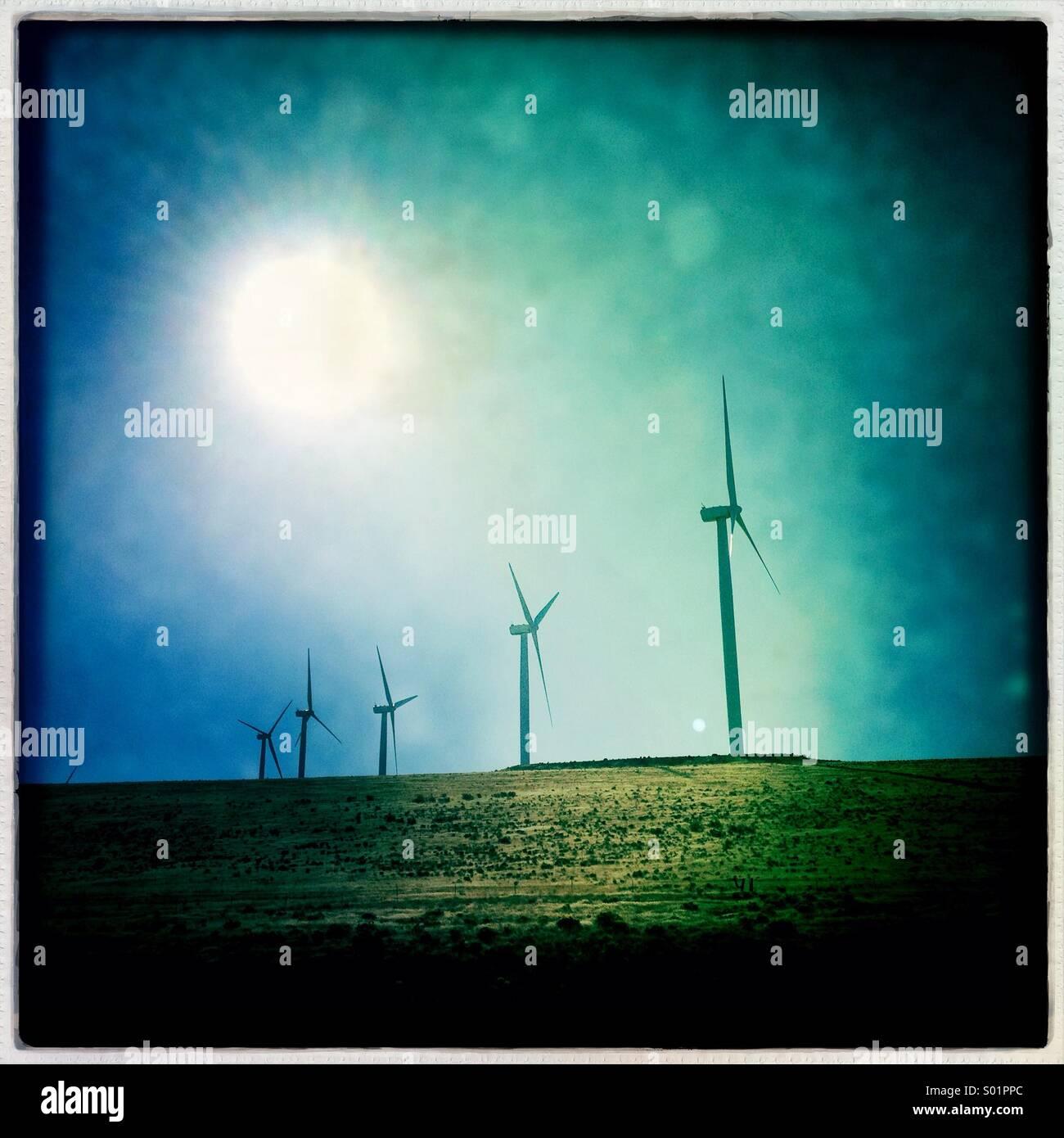 Macht Windmühlen stehen auf einem Bergrücken in der Palouse Region des Staates Washington Stockbild