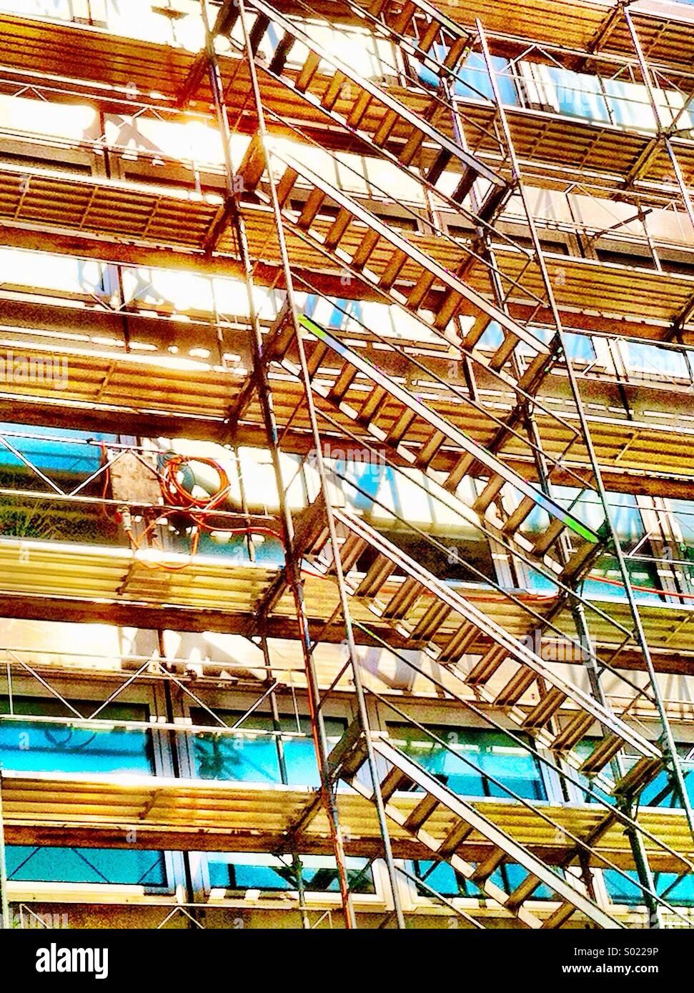 Gebäude renoviert mit Gerüst Stockbild