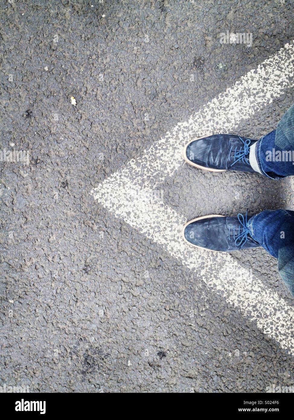 Richtung auf Straße mit Person Stockbild