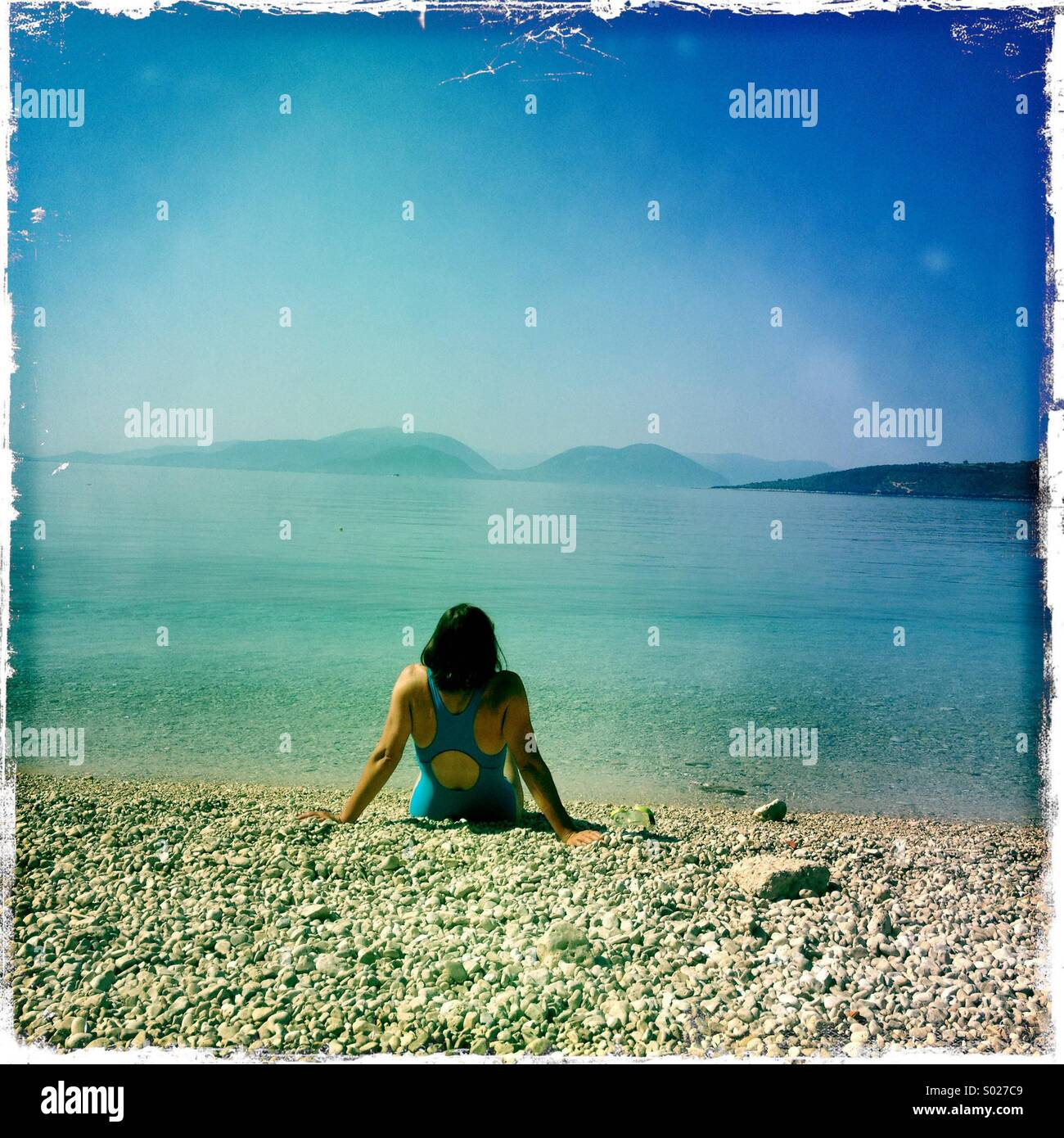 Frau allein am Strand, Lefkada, Griechenland Stockbild