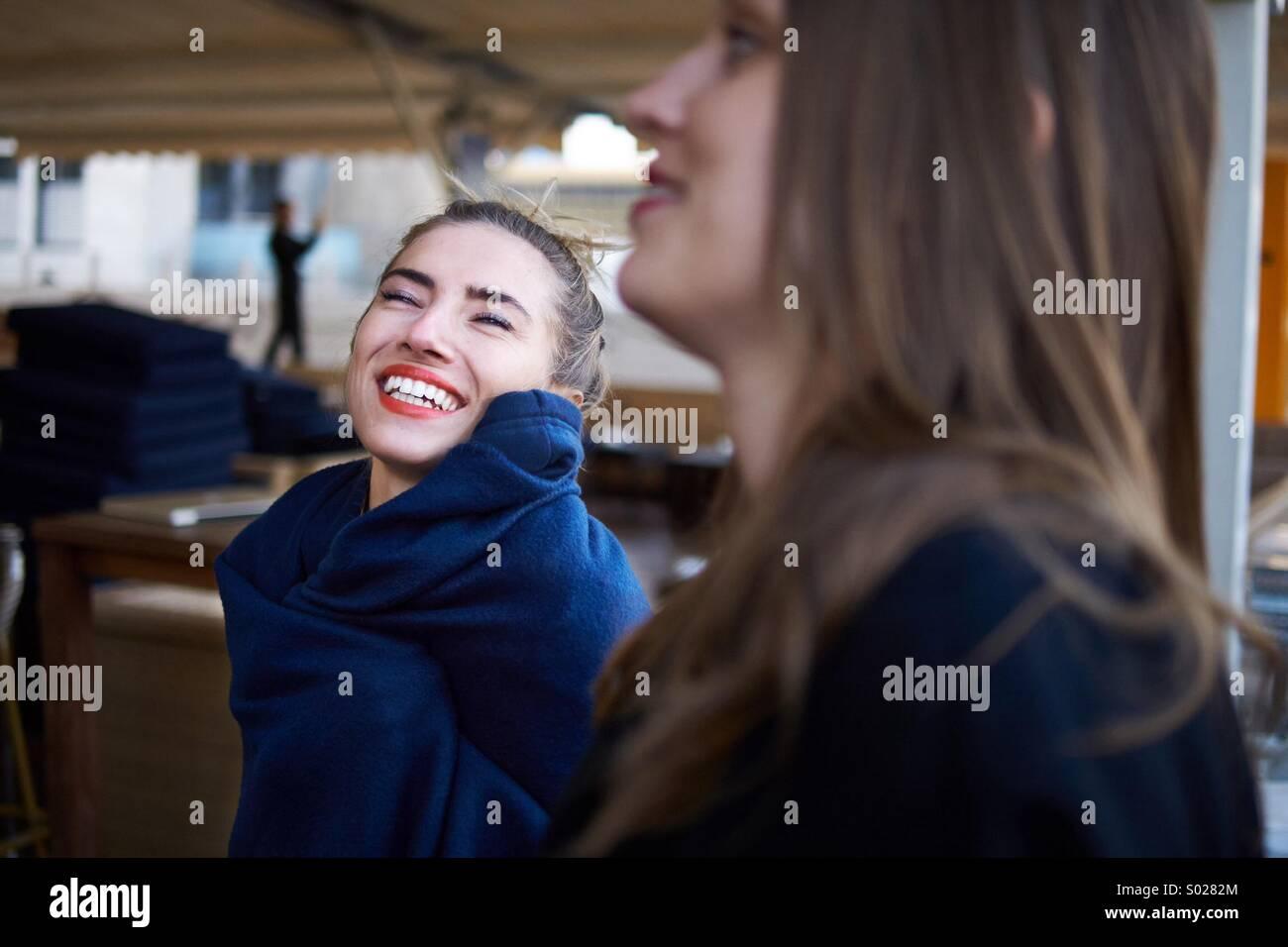 Zwei schöne Frauen genießen Sie den Augenblick Stockbild