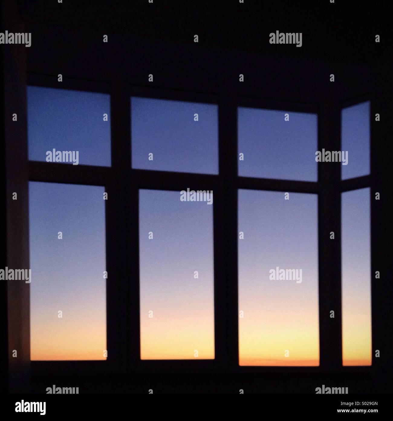 Sonnenuntergang Himmel im Fenster Stockbild