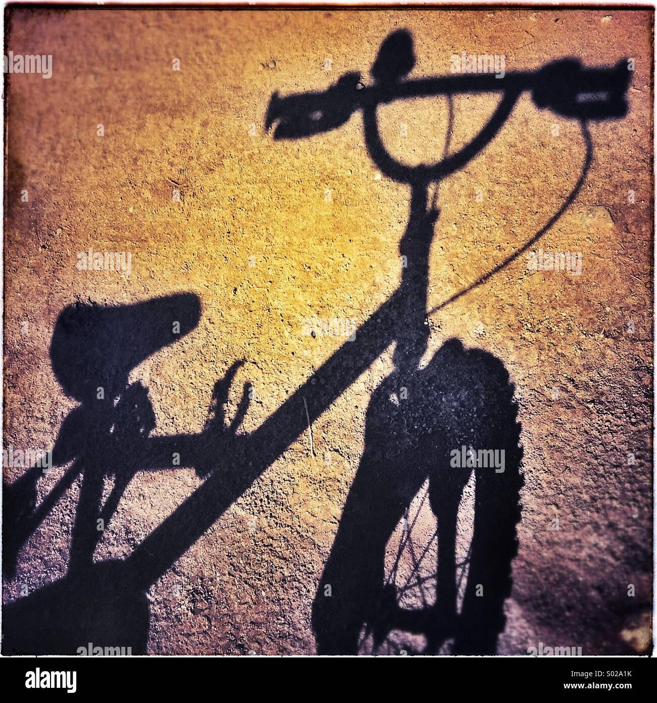 Fahrrad-Schatten am Sonntagmorgen Stockbild