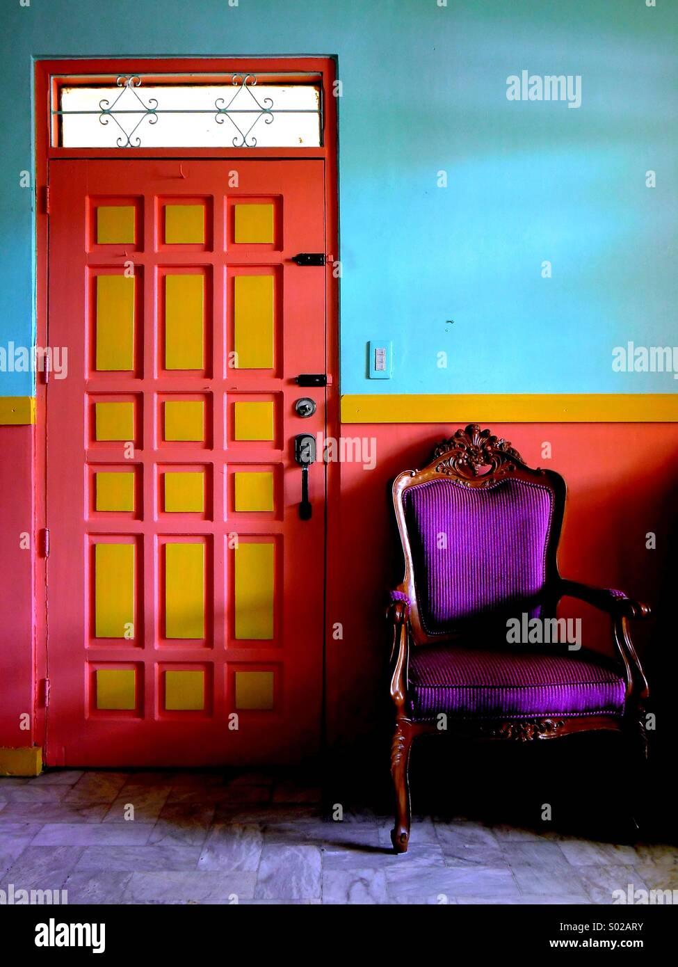 Bunte Wohnzimmer eines Hauses Stockfoto