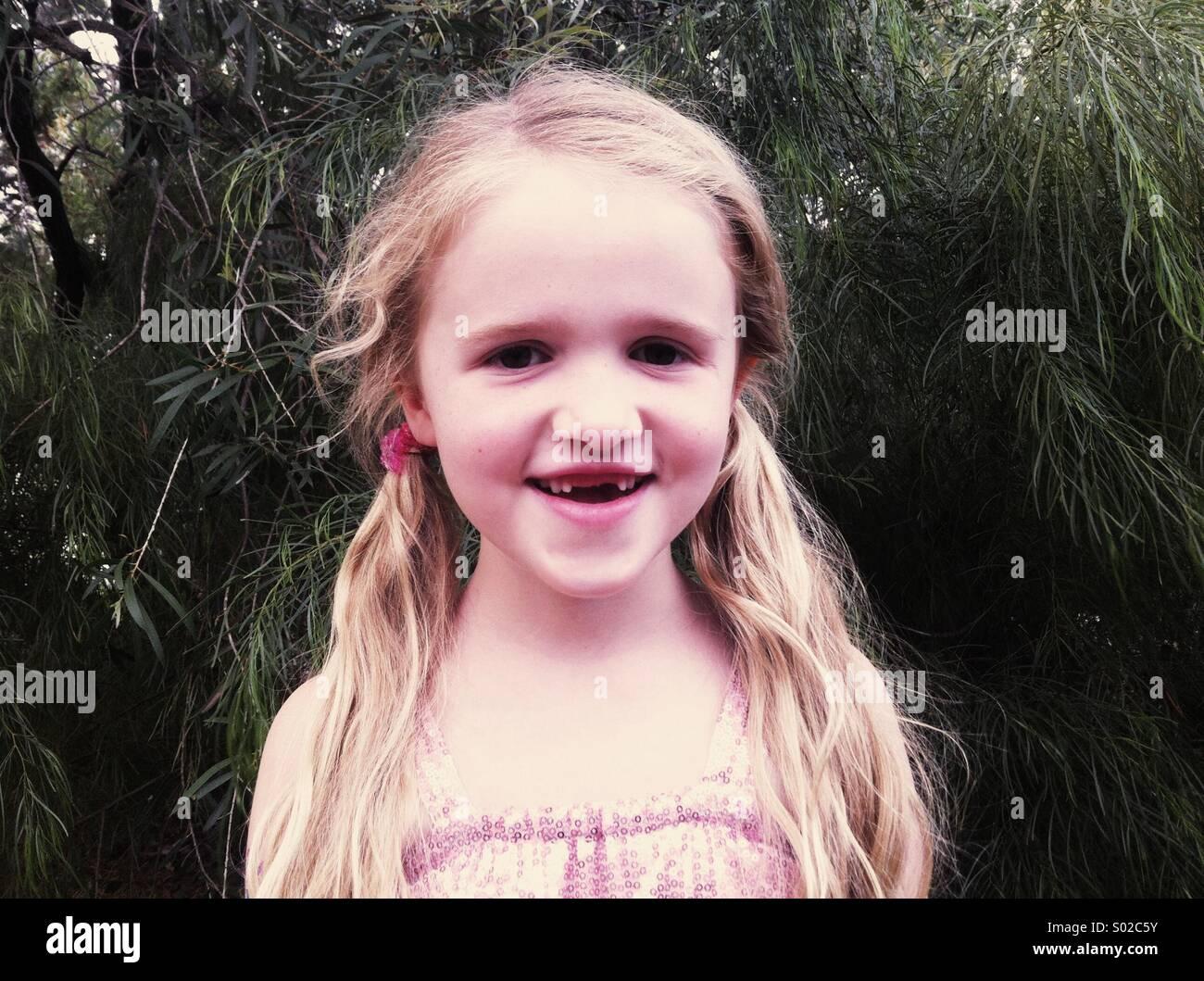Kleines Mädchen fehlen zwei Vorderzähne Stockbild