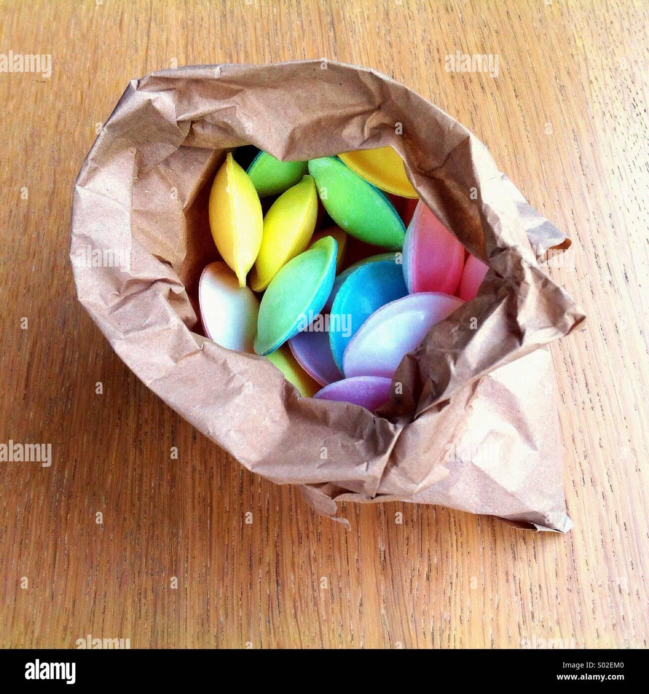 """Eine Papiertüte voller bunter """"fliegende Untertasse"""" Süßigkeiten Stockbild"""