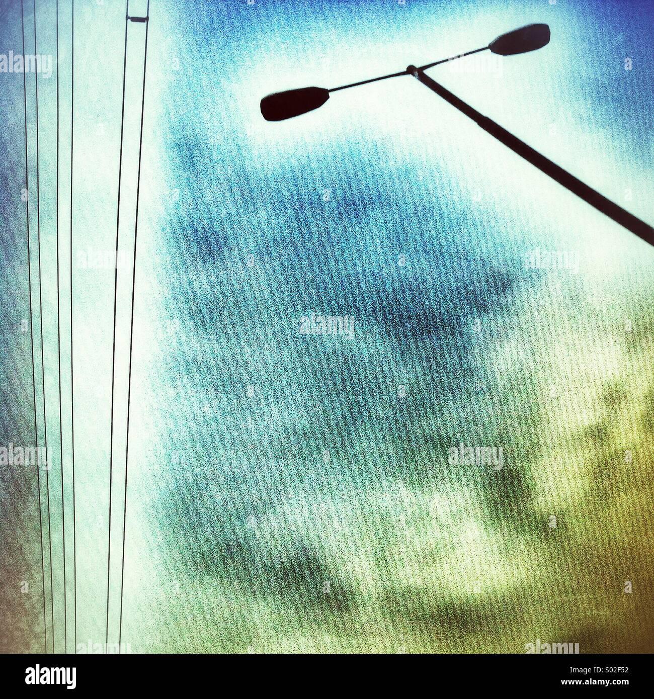 Straßenlaterne und Stromleitungen Stockbild