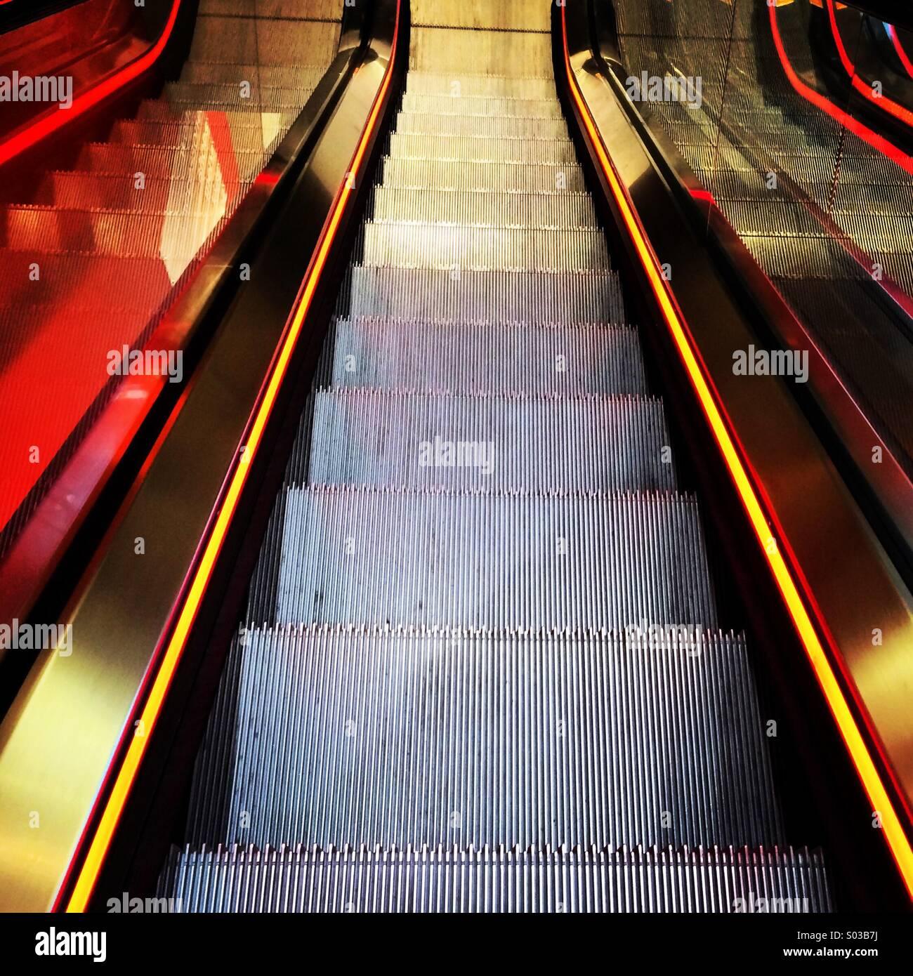 Neon beleuchtete Rolltreppe. Stockbild