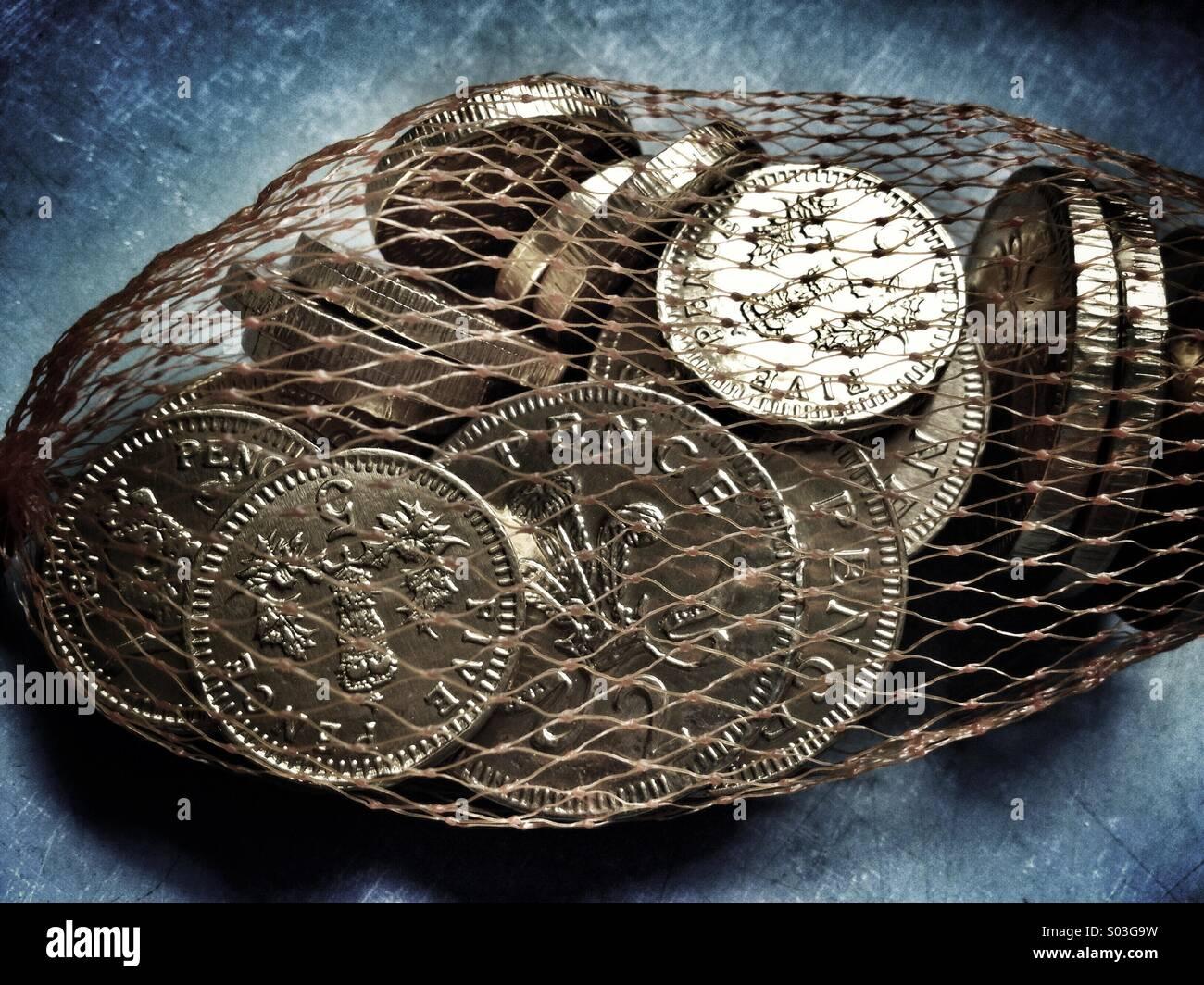 Schokoladen-Münzen in einem Netz Stockbild