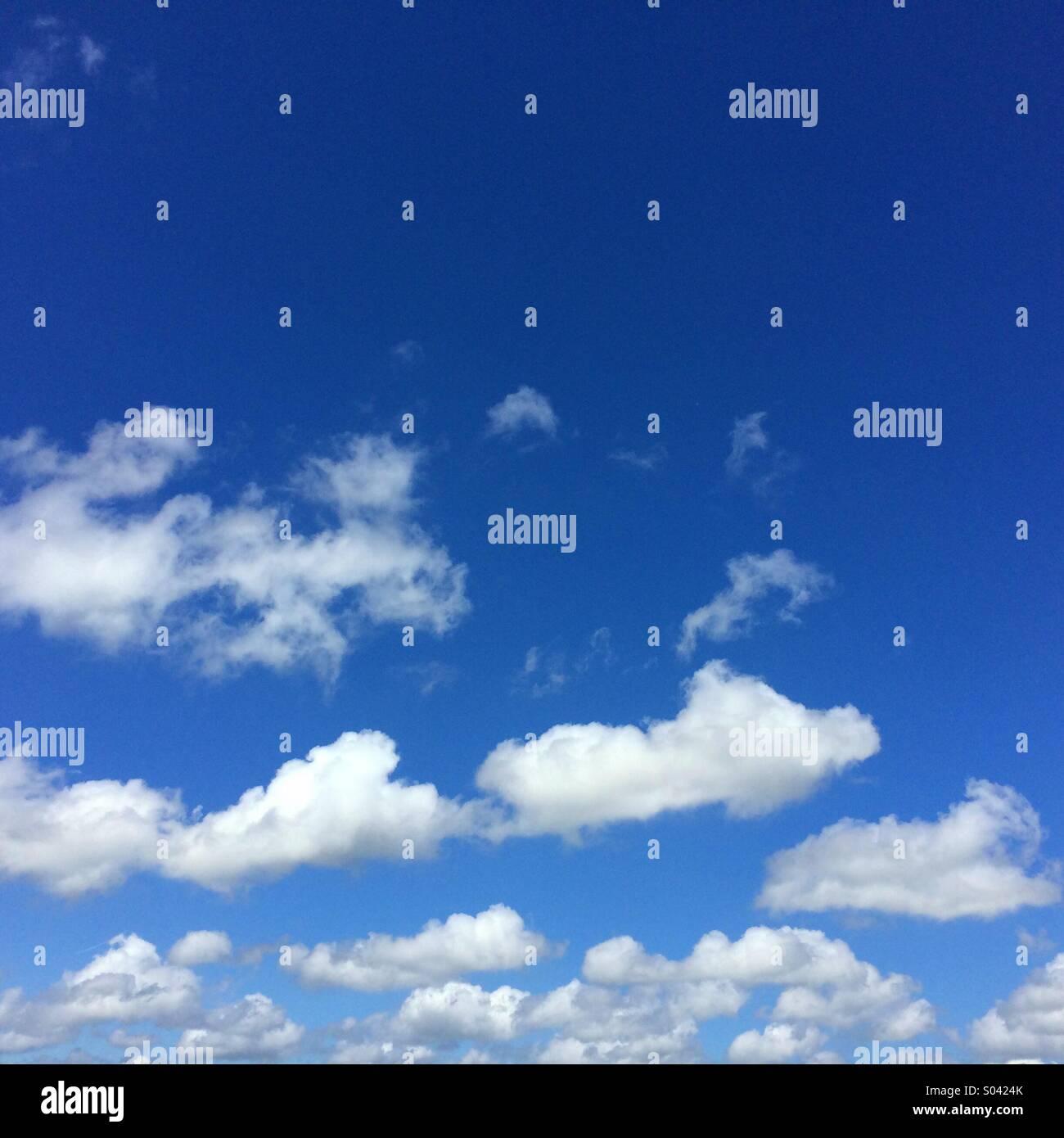 Blauer Himmel und flauschige weiße Wolken Hintergrund mit Raum einsetzbar, die für Text verwendet werden Stockbild