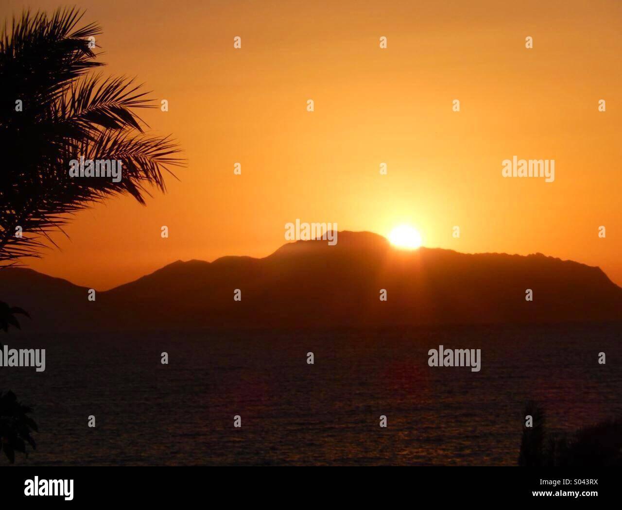 Sonnenaufgang über der Insel Tiran Stockbild