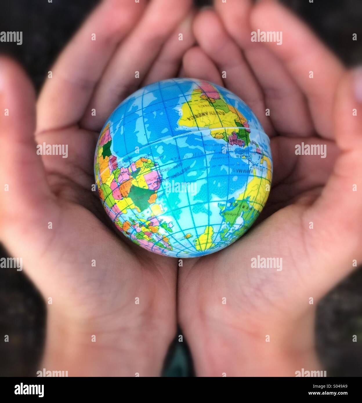 Die ganze Welt in unseren Händen Stockbild