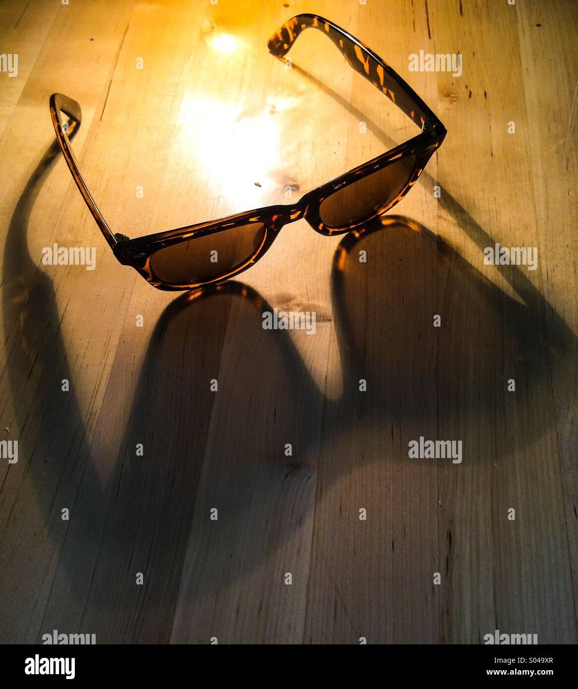 Fotos auf Schreibtisch im Sommersonne wirft lange Schatten Stockbild
