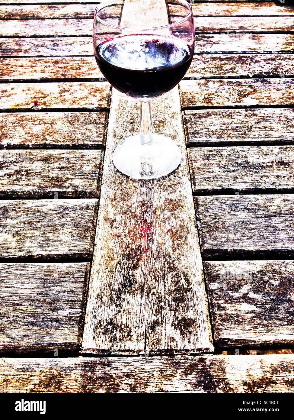 Hohe Schlüssel Wein und Tabelle Stockbild
