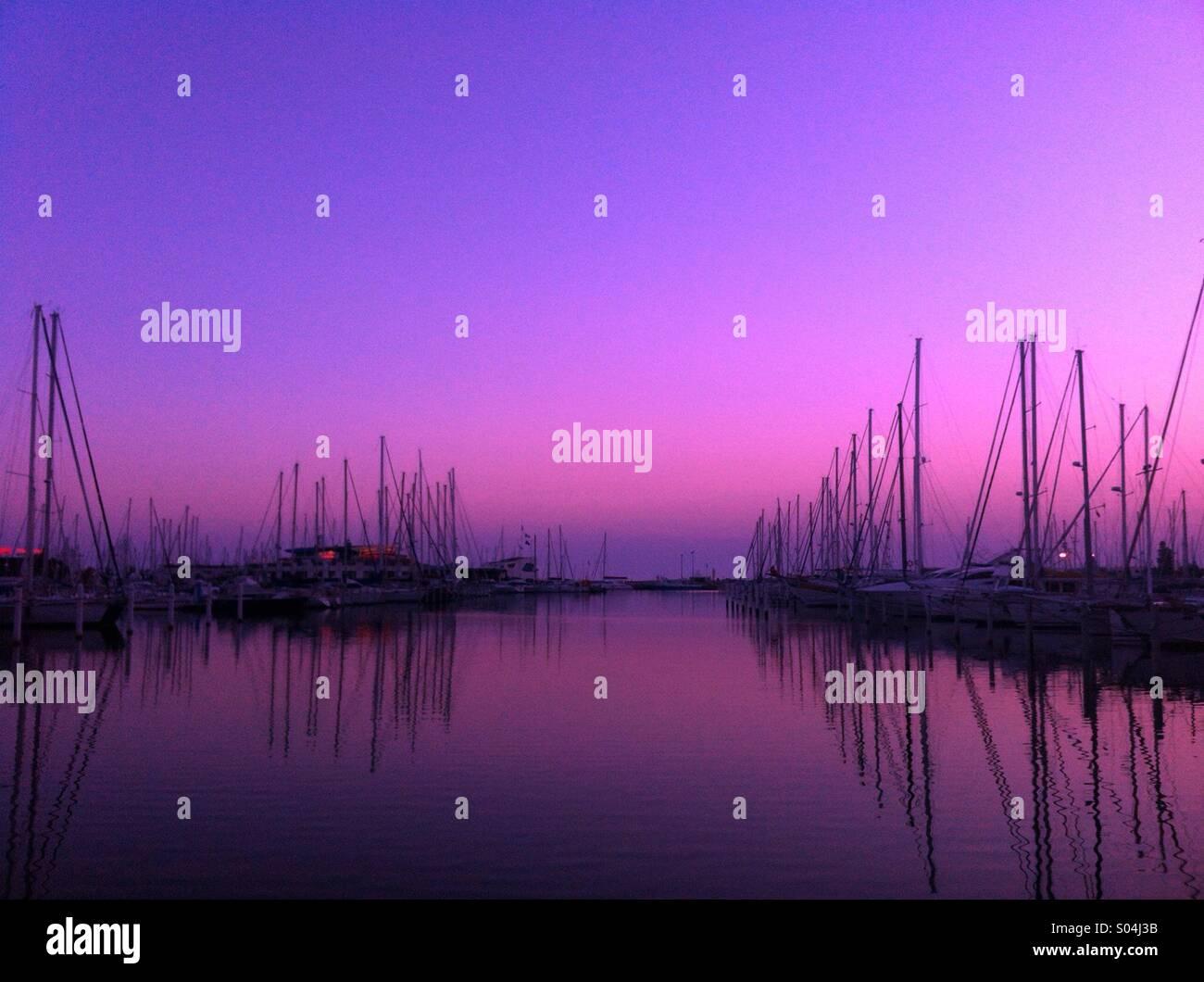 Spektakulären violett Sonnenaufgang, La Grande-Motte, Frankreich Stockbild