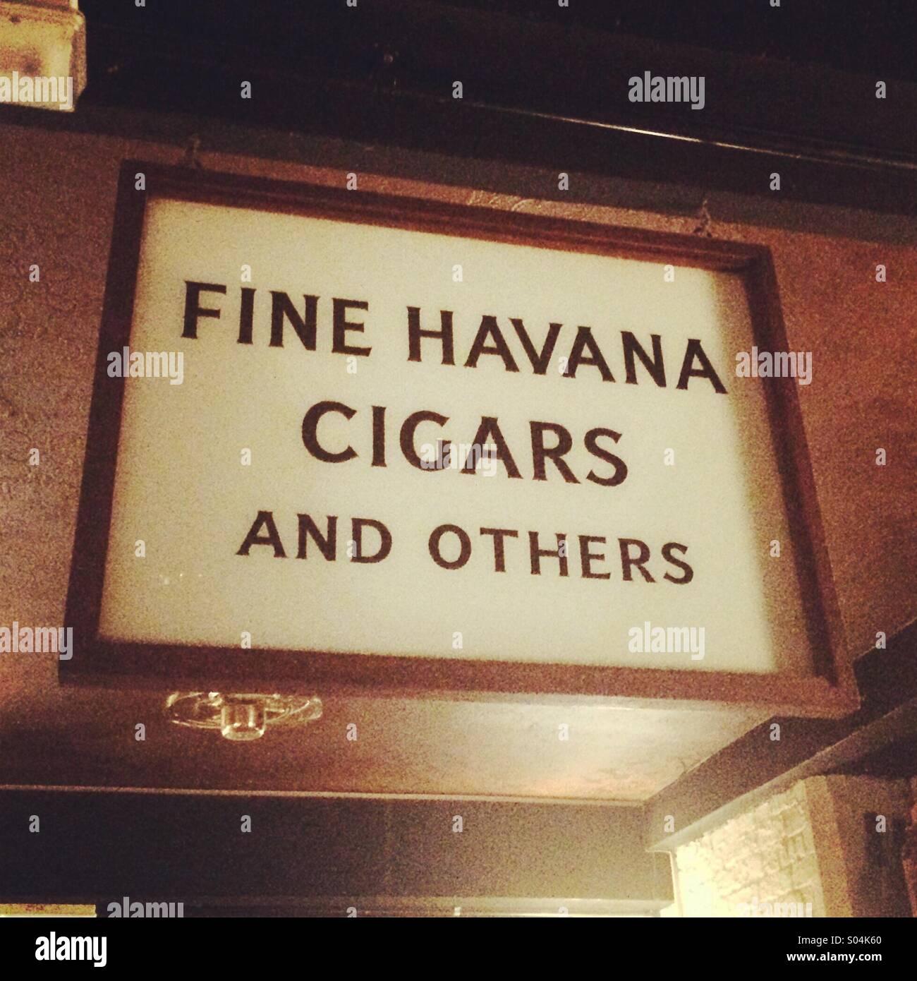 Havanna-Zigarren zu unterzeichnen Stockbild