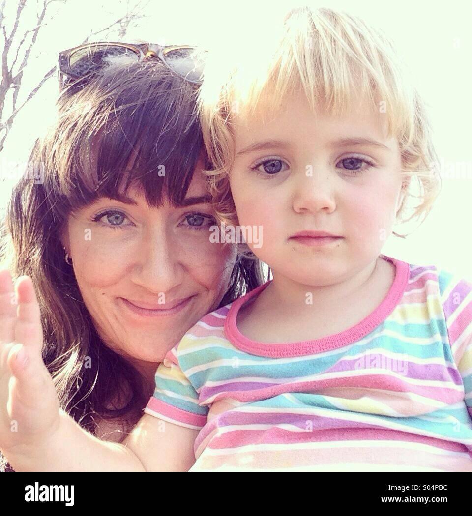 Mutter und Tochter in hellem Sonnenlicht Stockbild