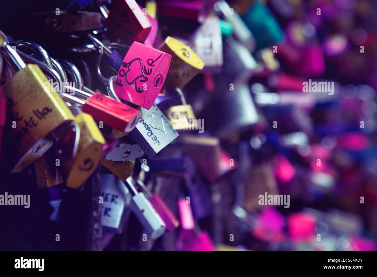 Liebesschlösser an der Wand auf dem Romeo und Julia Balkon in Verona, Italien. Stockbild