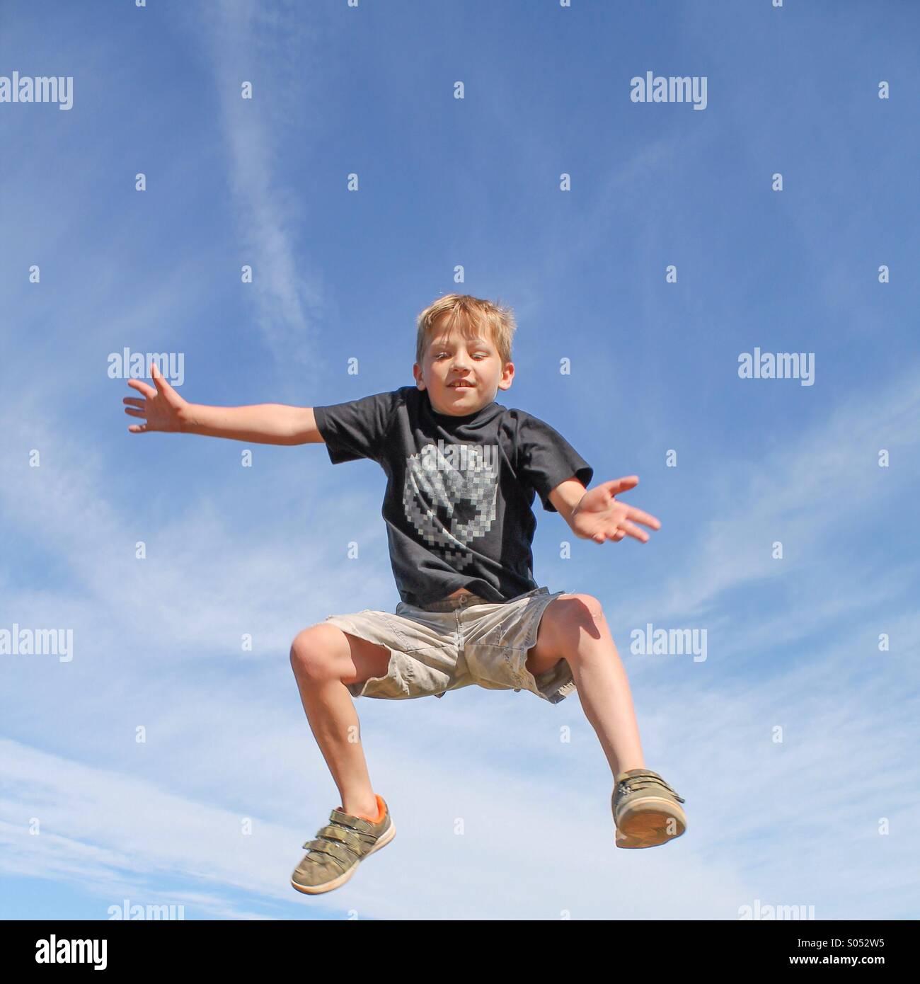 Vor Freude hüpfen Stockbild
