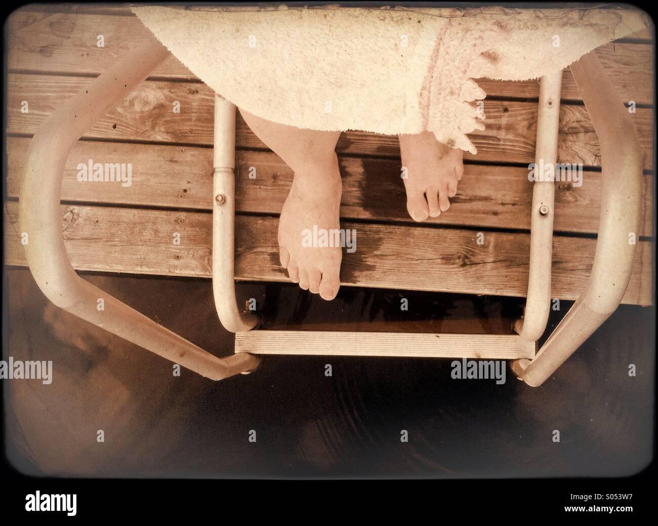 Eine Finnische Frau, die für ein erfrischendes Bad nach der Sauna Stockbild