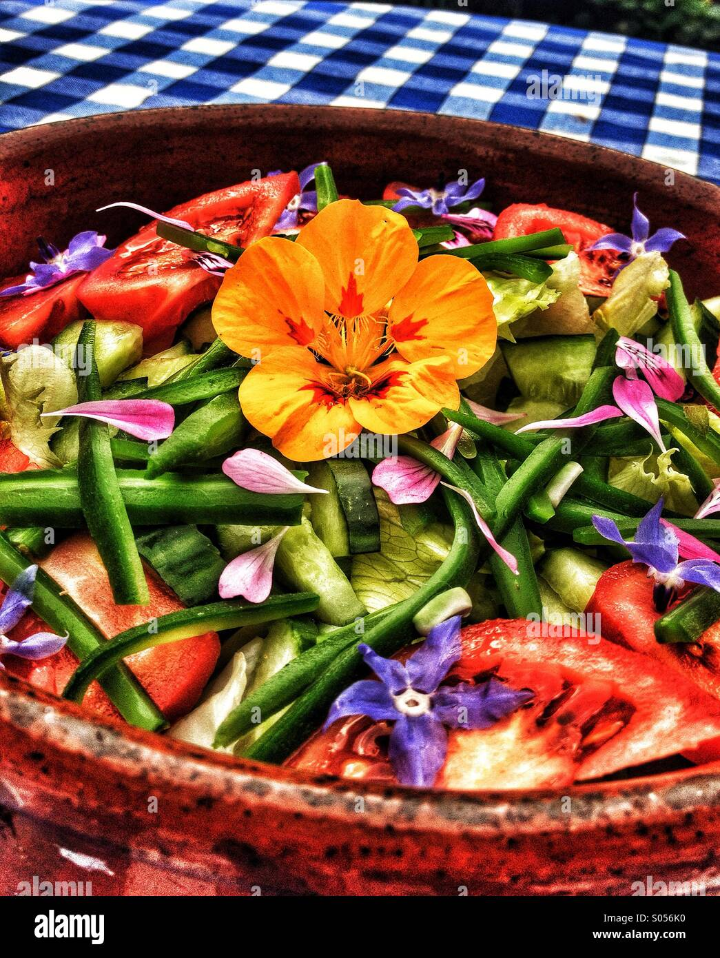 Salat Mit Blume Als Herzstück In Einer Rustikalen Spanischen Schüssel Auf  Einem Tisch Mit Blauen Und Weißen Tischdecke