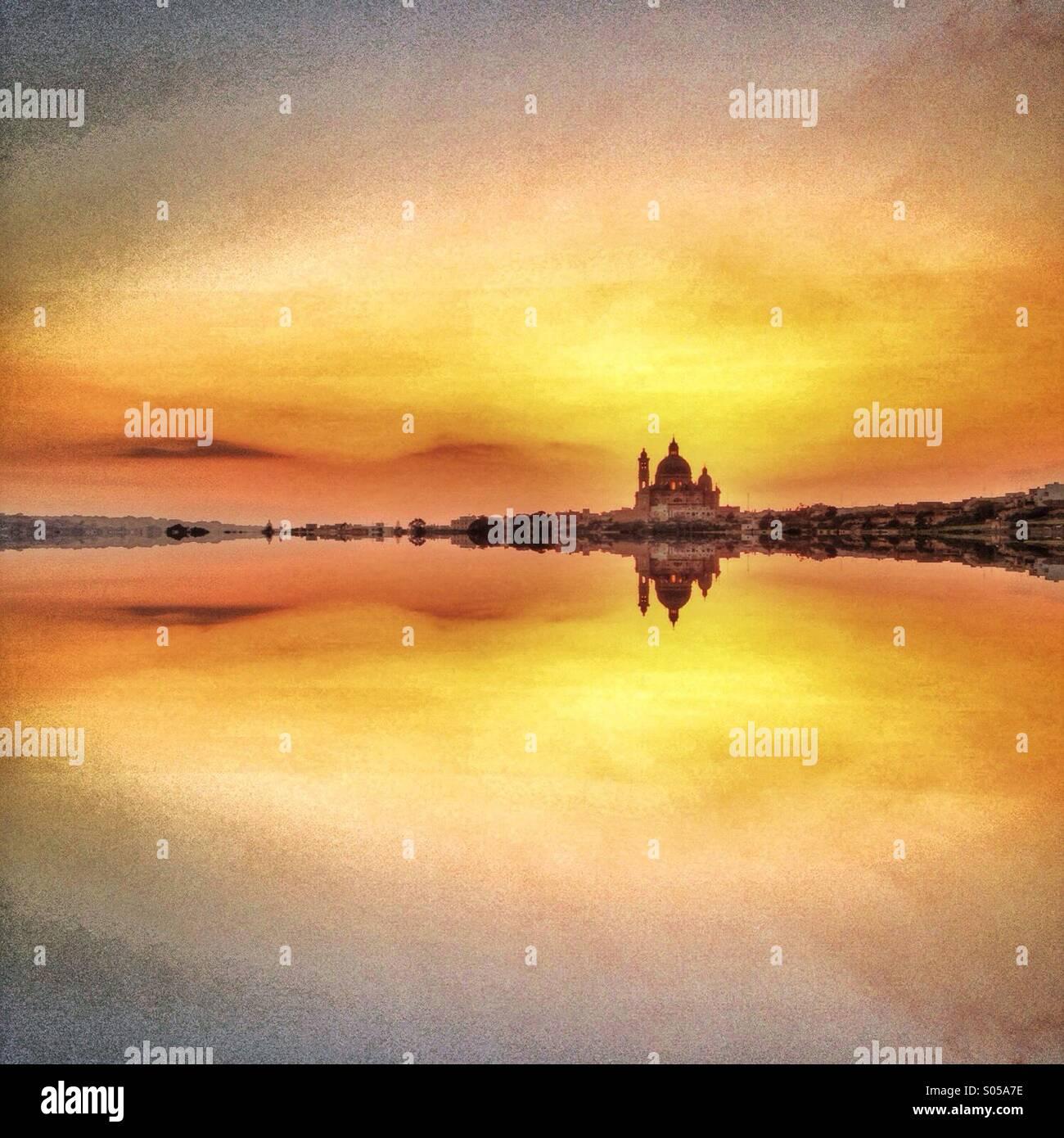 Gespiegelte Kirche und Abendhimmel Stockbild