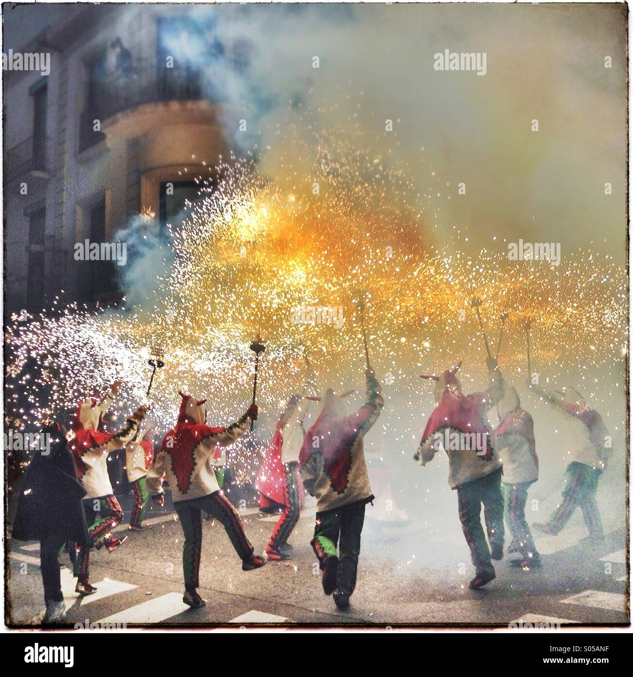 Correfoc, Feuerwerk, Les Santes, Mataró Stadtfest, Juli, Barcelona, Spanien. Feuer-Spiele in Katalonien Stockbild