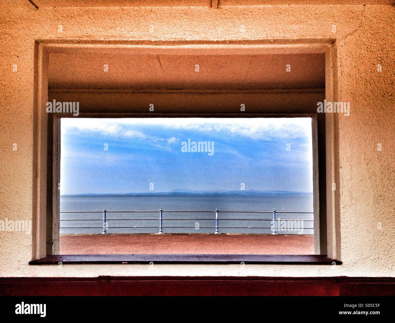 Morecambe Promenade eingerahmt im Fenster des Tierheim Stockbild