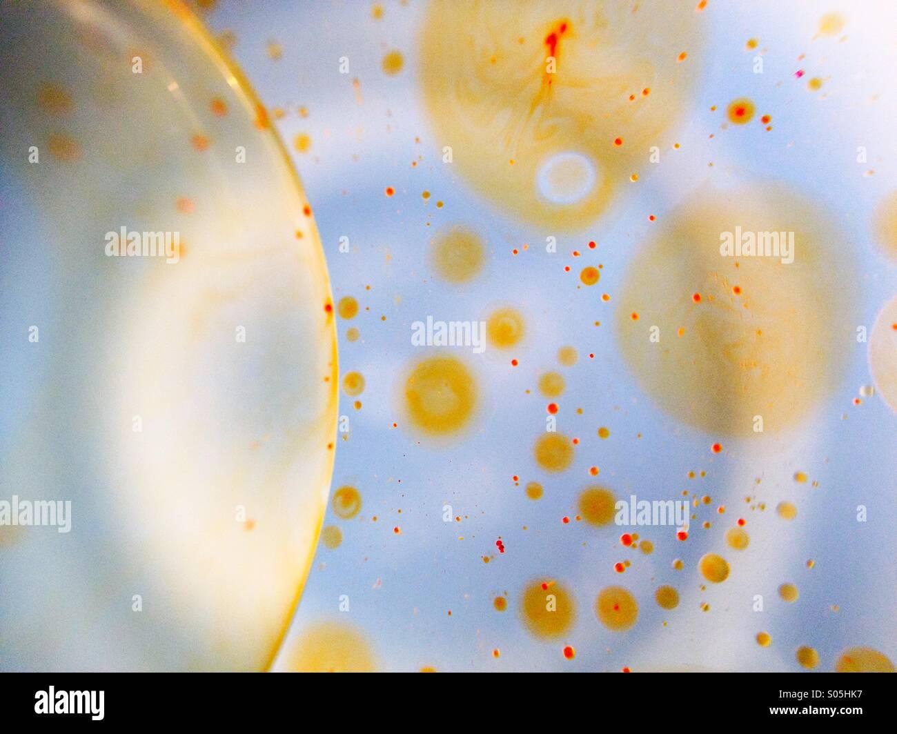 Makro-Ansicht von Öl auf Wasser Stockbild