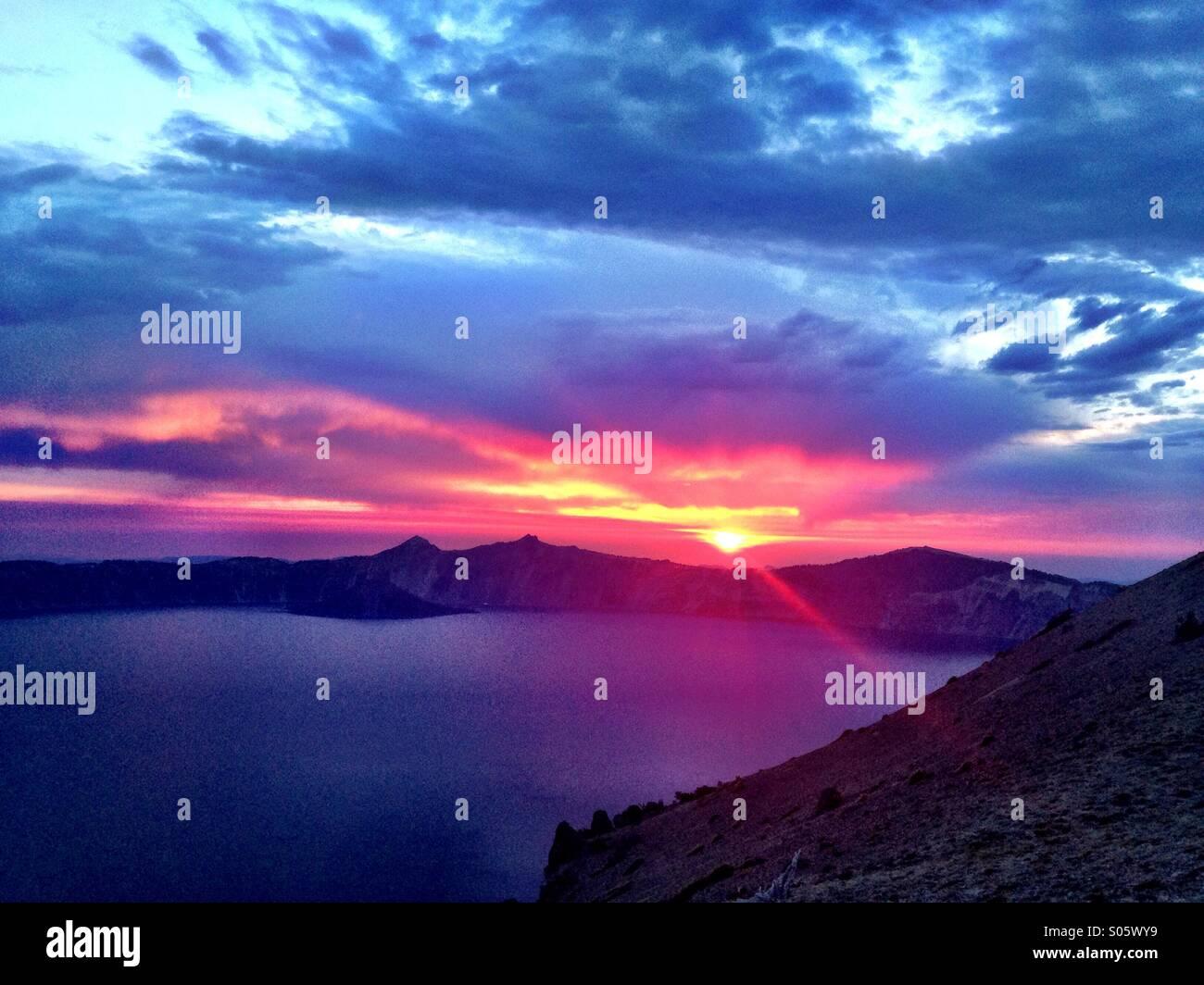 Brillanter Sonnenuntergang über Crater Lake National Park von Cloud Eroberungspunkt. Stockbild