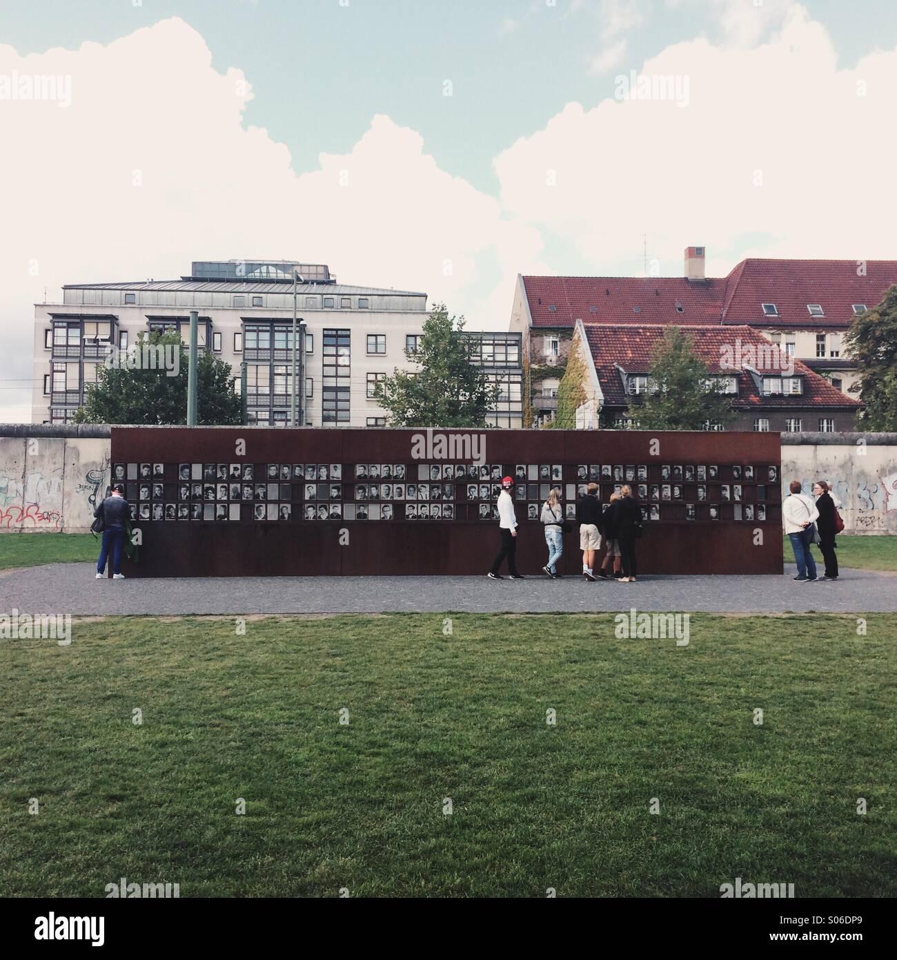 Gedenkstatte Berliner Mauer Zum Gedenken An Die Verstorbenen Auf Der Ost Berliner Bernauer Strasse Berlin Flucht Stockfotografie Alamy