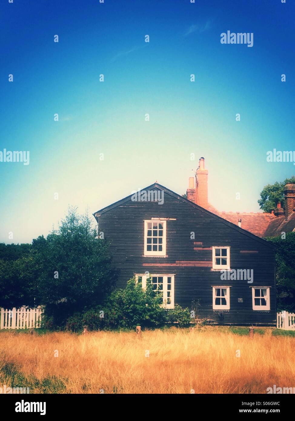 Haus in einem Feld Stockbild