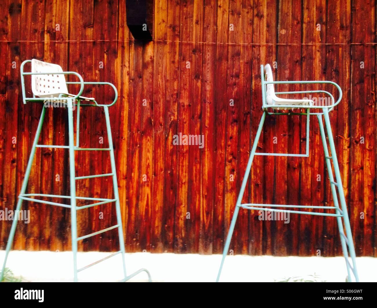 Schiedsrichter-Stühle im Tennisclub Stockbild