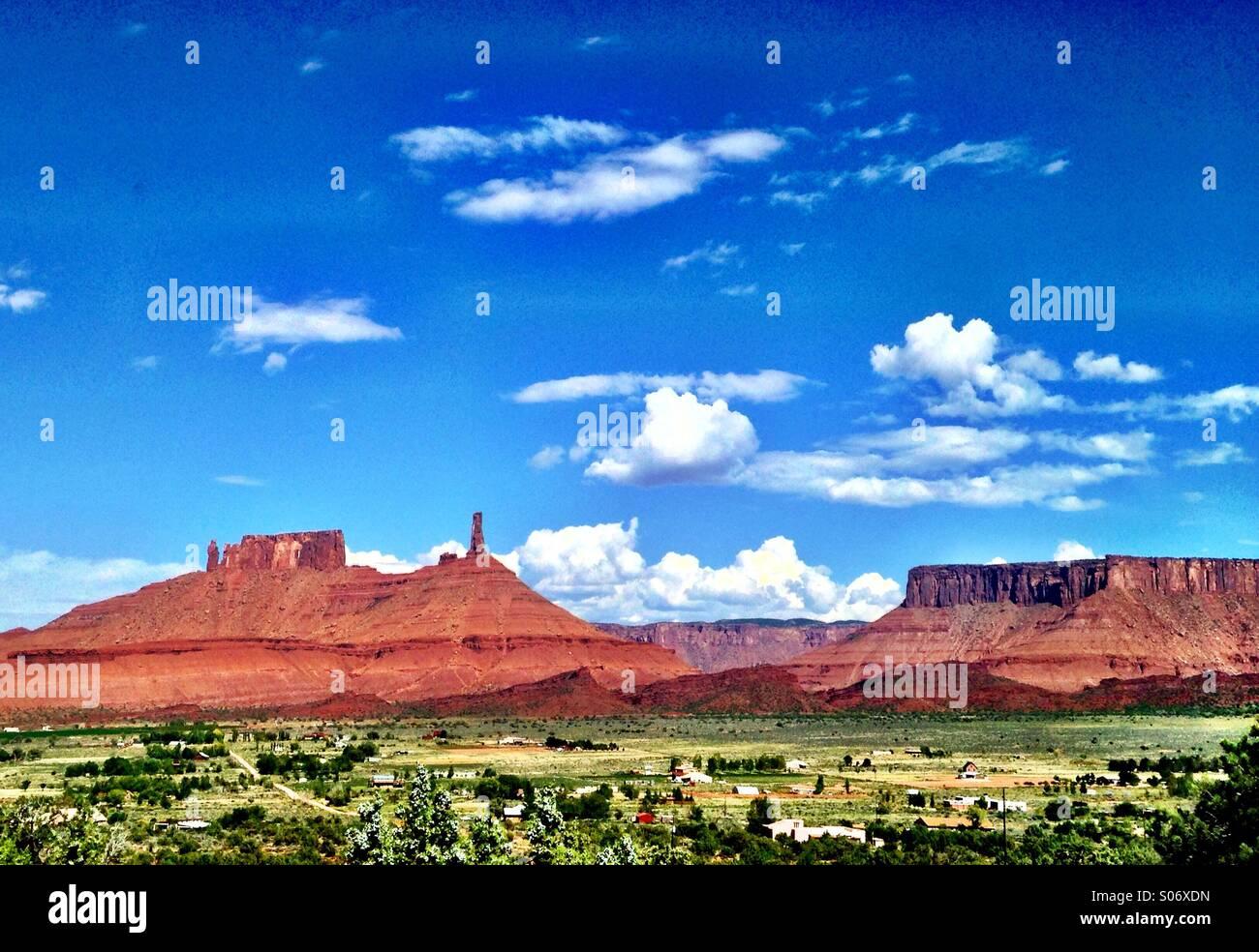 Ein riesiger blauer Himmel liegt über die Türme und Felsformationen der Castle Valley, Utah an einem Herbsttag. Stockbild