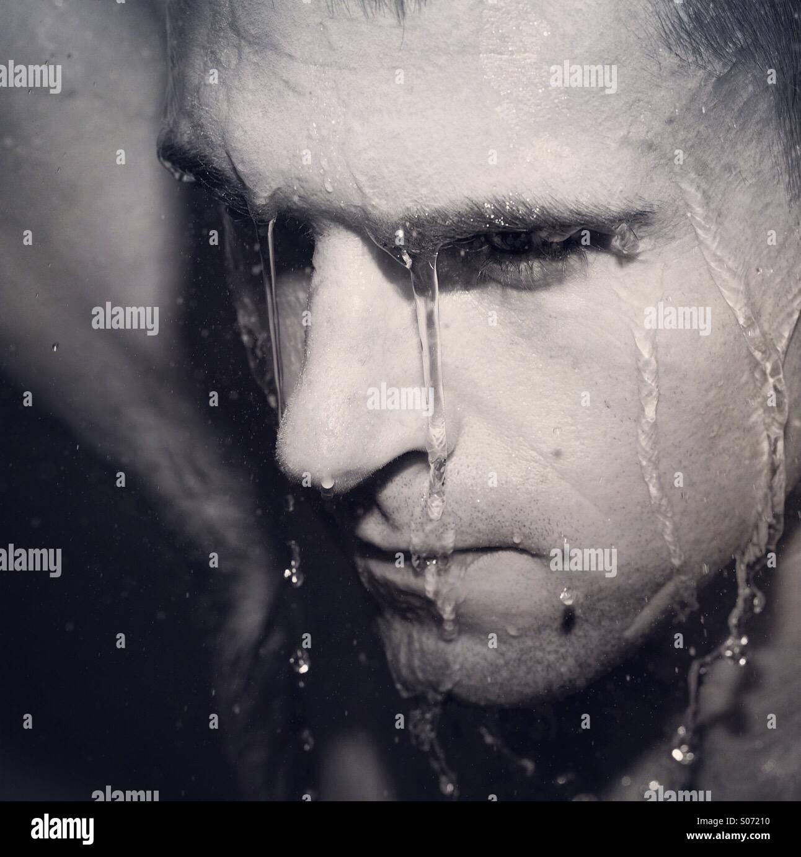 Stimmungsvolle Bild des Menschen in der Dusche Stockbild
