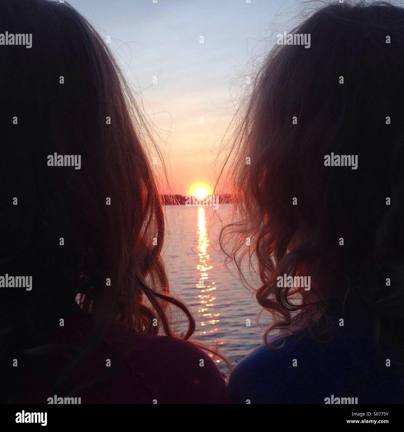Zwei Geschwister, Blick auf die Mitternachtssonne im Norden von Finnland Stockbild