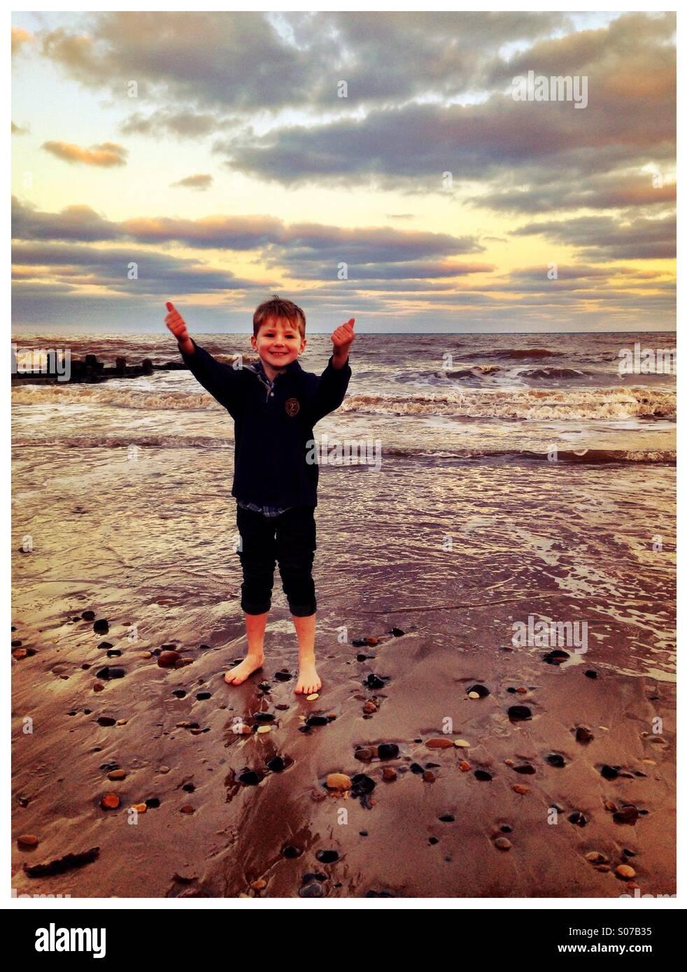Big Sky, großer Strand, kleiner Junge. Hornsea. Stockbild