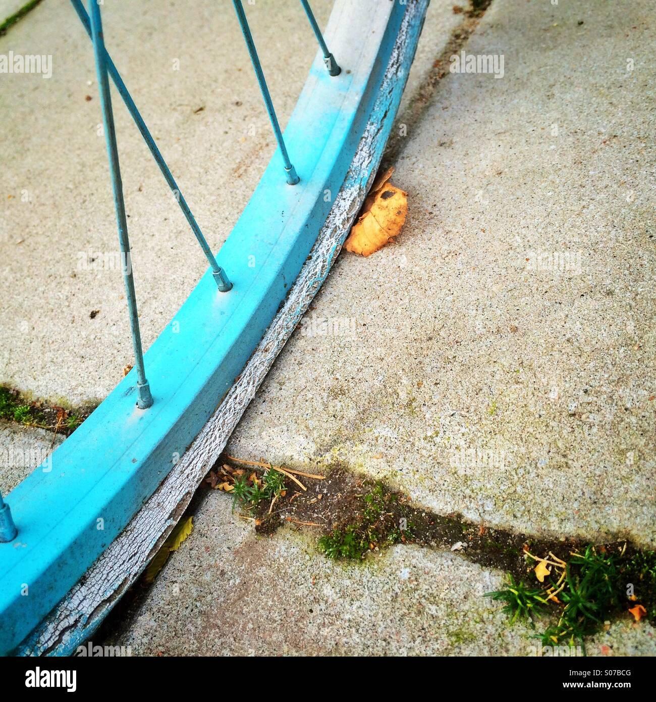 Flache Fahrradreifen auf Straße im Herbst Stockbild