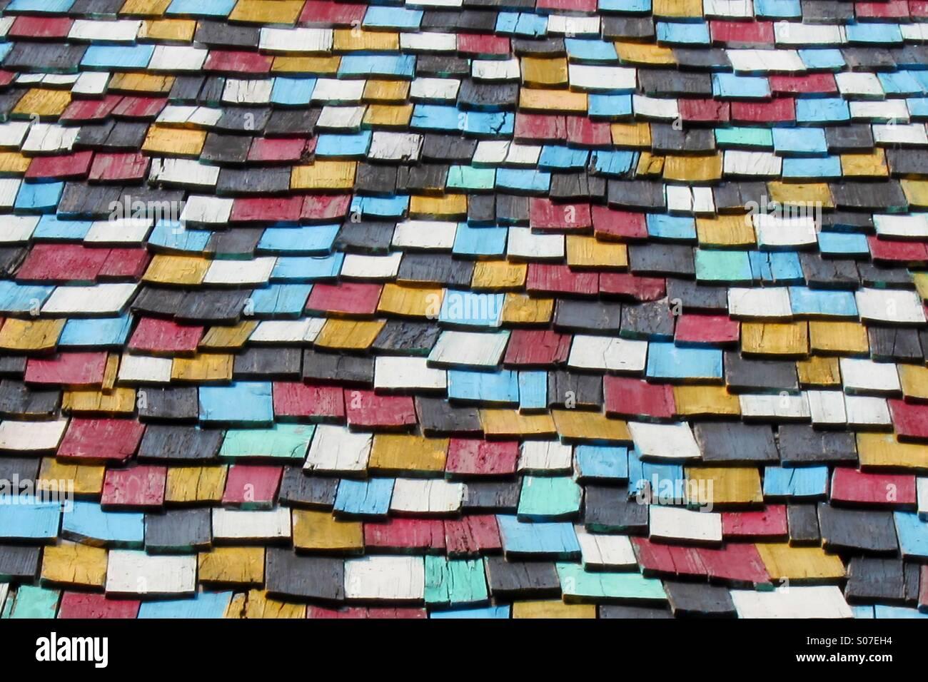 Bunte Holz Dachziegel Stockfoto, Bild: 309951744 - Alamy
