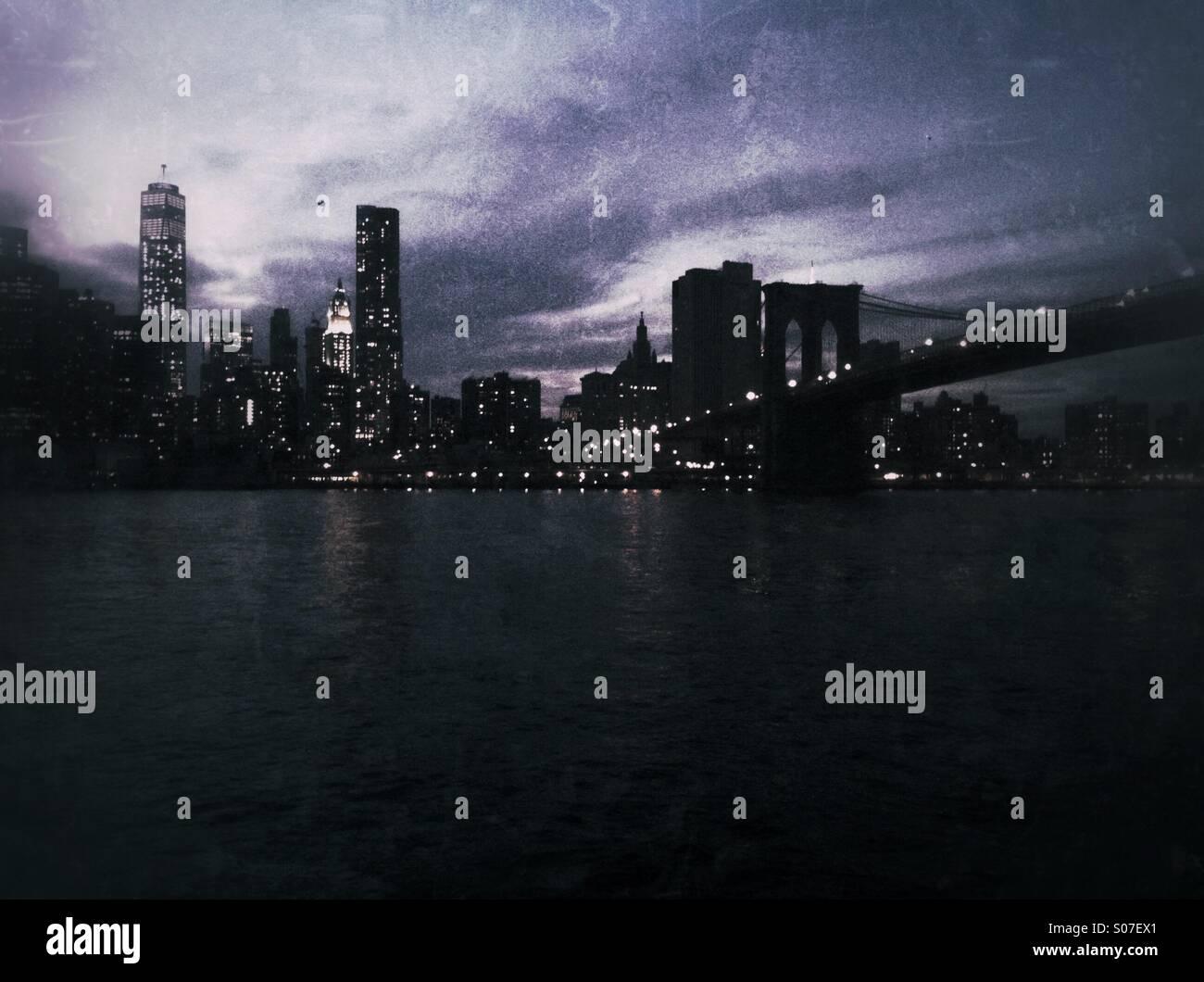 Nacht Aufnahme der Skyline von New York City einschließlich der Brooklyn Bridge. Grunge-Stil Stockbild