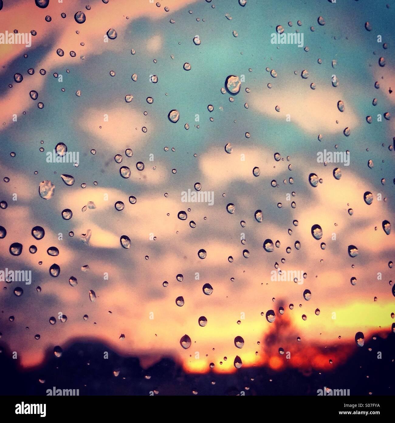 Zuckerwatte Sonnenuntergang durch Regentropfen Stockbild