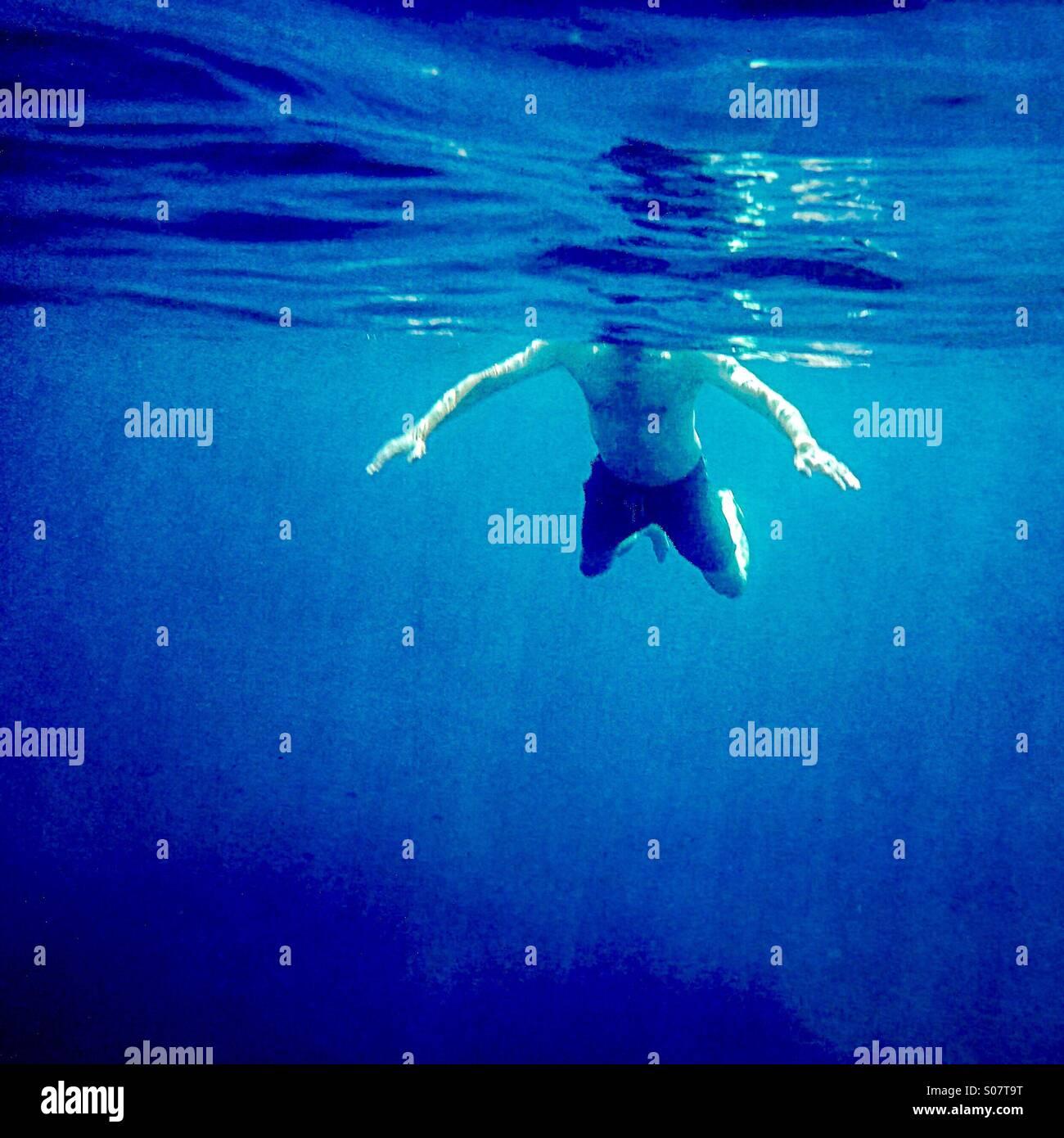 Hai-Angriff!                                               Ein Mann Schwimmen von Unterwasser gesehen Stockbild